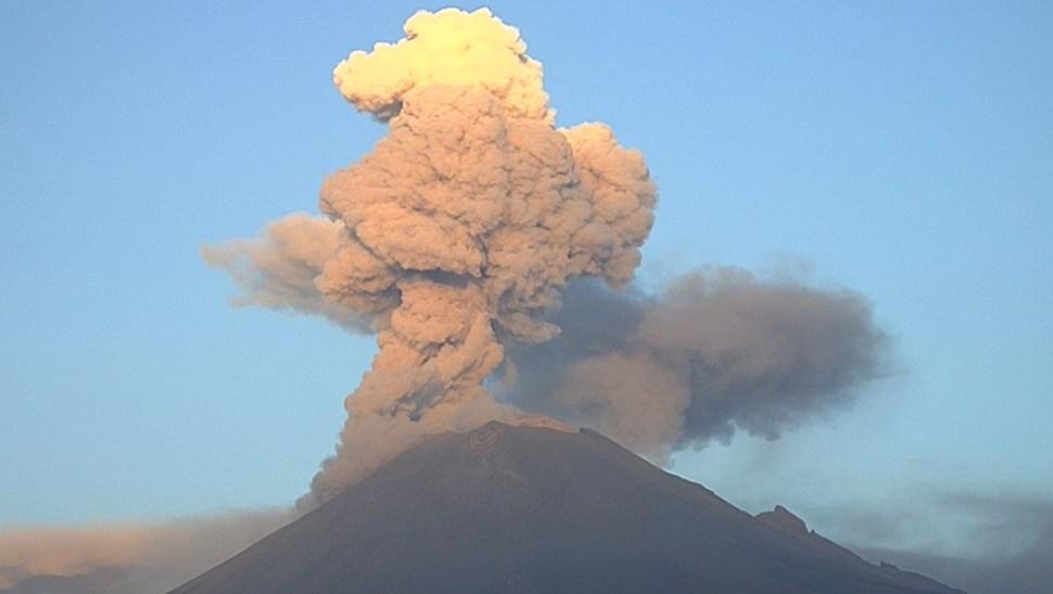 FOTO Vientos favorecen caída de ceniza del Popocatépetl en CDMX (@webcamsdemexico/Cenapred)