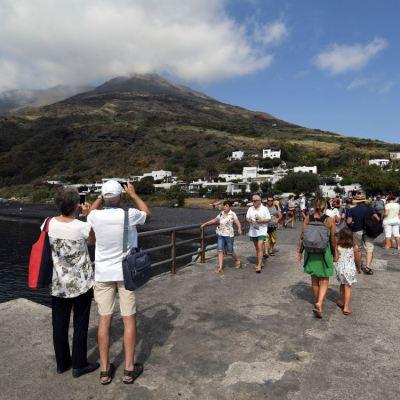 VIDEO: Turistas huyen de la erupción del volcán Stromboli