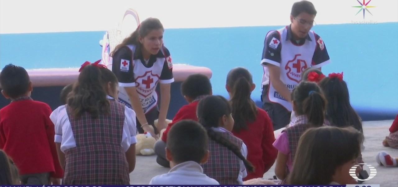 Voluntarios de Cruz Roja enseñan primeros auxilios a niños