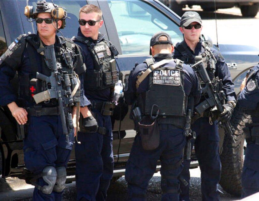 Foto: Varios agentes acudieron a la llamada de emergencia tras reportarse tiroteo en centro comercial en El Paso, Texas, 3 de agosto de 2019 (AP)