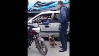Foto Sujeto a bordo de vehículo arrastra a perro atado del cuello 23 agosto 2019