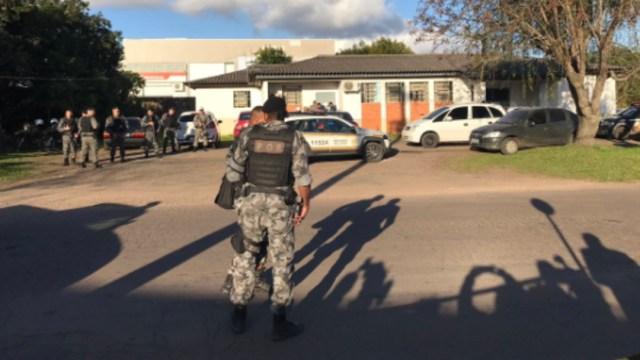 Foto: Alumnos que presenciaron el ataque en el centro educativo relataron a medios locales que un profesor consiguió quitarle el hacha de las manos al atacante, 21 de agosto de 2019 (Twitter @Fabioschaffner)