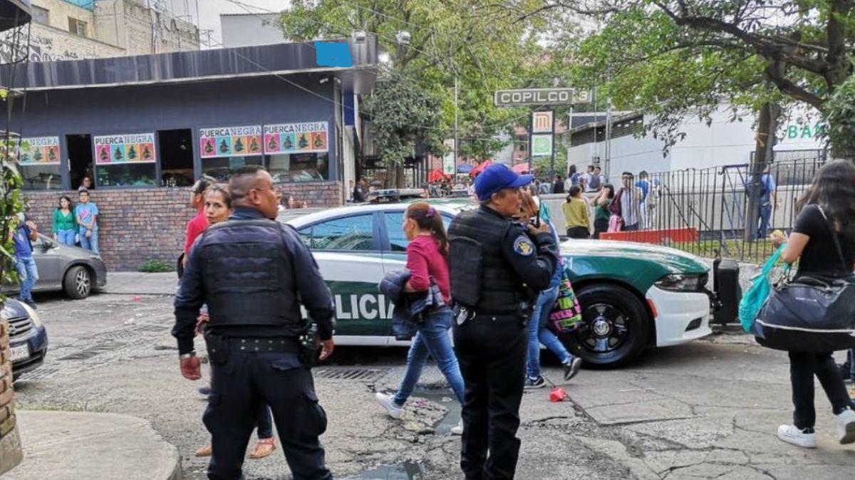 Foto: Policías de la Ciudad de México vigilan las inmediaciones del Metro Copilco. Twitter/@Capital_21