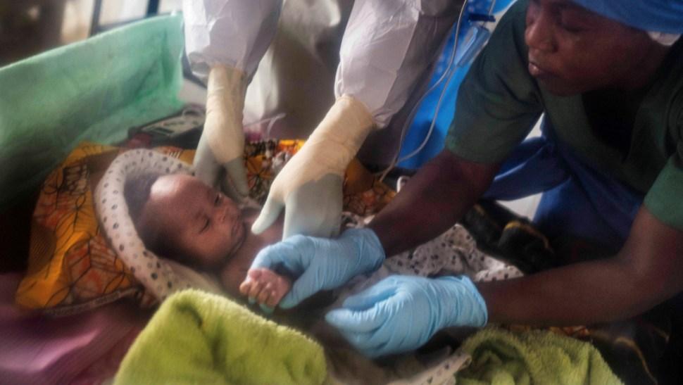 FOTO Bebé enfermo de ébola en el Congo (AP)