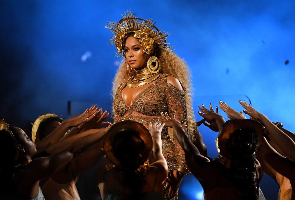 Beyoncé durante su presentación en la ceremonia de entrega del premio Grammy número 59. (Kevor Djanzezian / Getty Images)