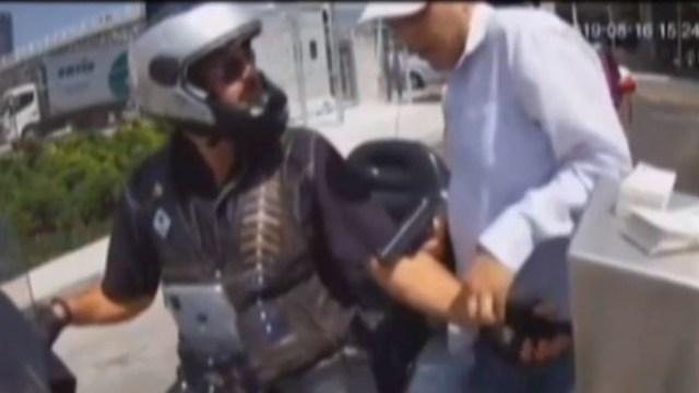 Foto: En cuestión de segundos, el delincuente, le quita el reloj y huye del lugar, 18 de agosto 2019. (FOROtv)