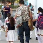 Foto: Padre son niños estudiantes, 8 de julio de 2018