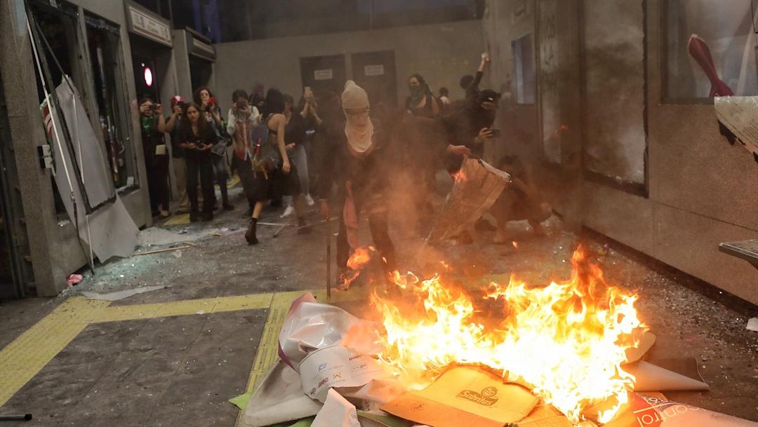Foto: Manifestantes rompen vidrios y queman papeles al interior de la estación Insurgentes del Metrobús., 17 agosto 2019