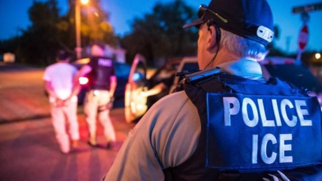 Policías del Departamento de Inmigración detienen a un indocumentado, 21 agosto 2019