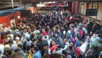 FOTO Falla en Metro CDMX afecta a miles de usuarios (Twitter)