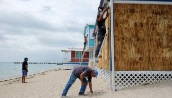 Foto: Puertorriqueños cubren sus casas con tablones de madera ante la llega de la tormenta 'Dorian'. Reuters
