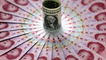 Foto: Billetes de un dólar y 100 yuanes. Getty Images/Archivo