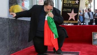 Foto: Guillermo del Toro besa una bandera de México. El 6 de agosto de 2019. AP