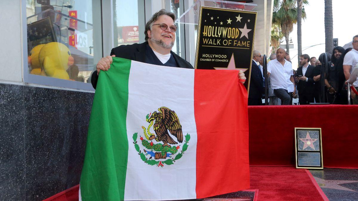 Foto: Guillermo del Toro muestra una bandera de México en el Paseo de la Fama de Hollywood. AP/Archivo