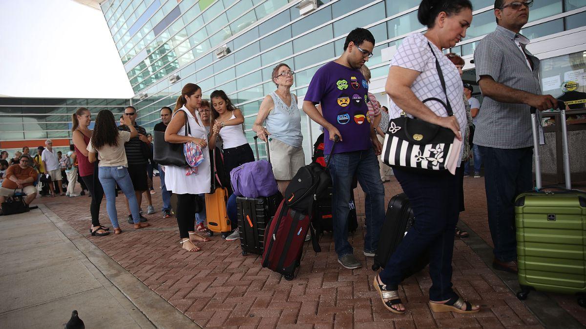 Foto: Un grupo de personas hacen fila afuera del Aeropuerto Internacional Luis Muñoz Marín de San Juan, Puerto Rico. Getty Images/Archivo