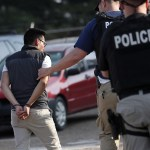 Foto: Agentes de ICE detuvieron a 680 migrantes indocumentados en varias zonas de Mississippi, Estados Unidos. El 7 de agosto de 2019. AP