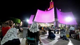 Foto: Fieles oran afuera de la sede de la iglesia La Luz del Mundo en la ciudad de Guadalajara, México. AP/Archivo