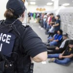 Foto: Agentes de ICE custodian a los migrantes detenidos durante las redadas en Mississippi, Estados Unidos. El 8 de agosto de 2019. Efe