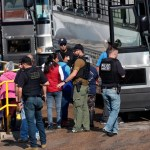 Foto: Agentes de ICE suben a un autobús a varios migrantes que trabajaban en una planta procesadora de alimentos en Mississippi, EEUU. El 7 de agosto de 2019. AP