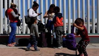 Foto: Un grupo de migrantes esperan para solicitar asilo en los Estados Unidos fuera de la frontera de El Chaparral en Tijuana, México. El 19 de julio de 2019. Reuters