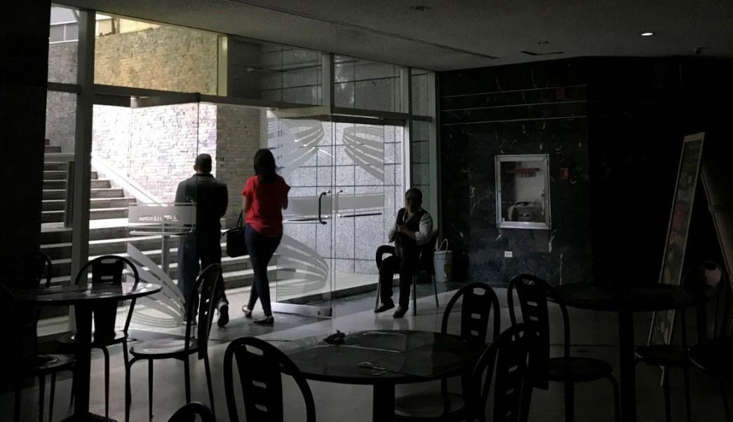 Foto: Personas salen de un centro comercial afectado por el apagón en Caracas, Venezuela. El 20 de agosto de 2019.