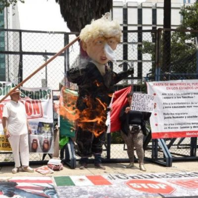 Queman piñata de Trump frente a embajada de EEUU en CDMX en protesta por tiroteo