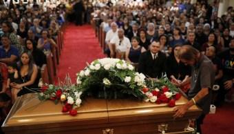 Cientos de personas acompañan a viudo de El Paso para despedir a su esposa