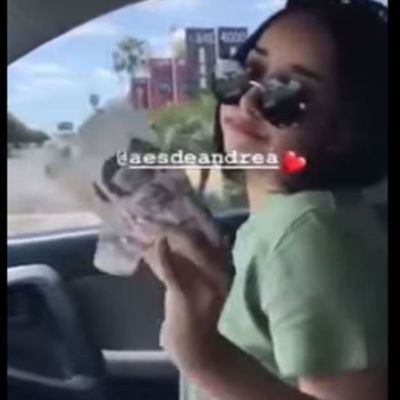 Video: Hija de alcalde se 'echa aire' con billetes de 500 pesos