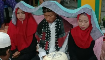 Foto:Hombre se casa con sus dos novias para 'no lastimar a ninguna'. 28 agosto 2019