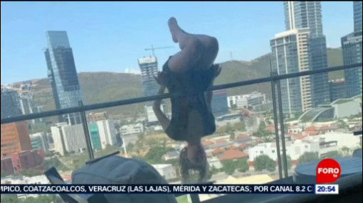 Foto: Joven Cae Terraza Balcón Practicar Yoga 26 Agosto 2019
