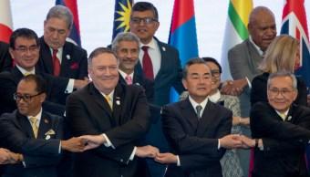 El secretario de Estado de EU, Mike Pompeo (centro Izquierda), y de China, Wang Yi (centro derecha), en la cumbre de países del Sudeste Asiático, 2 agosto 2019