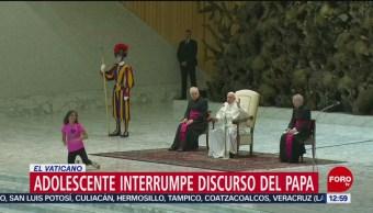 Niña interrumpe mensaje del papa Francisco en el Vaticano