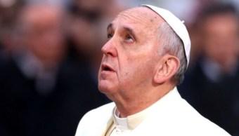 Foto: El papa Francisco guarda unos minutos de silencio para orar desde la venta del Palacio Apostólico en San Pedro por los fallecidos de los tiroteos en Estados Unidos, el 4 de agosto de 2019 (Getty Images, archivo)