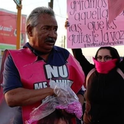 Hombre con hija desaparecida lanza diamantina en marcha feminista