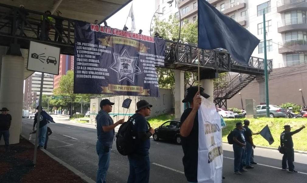 Policías federales que rechazan la Guardia Nacional bloquean Periférico Sur, CDMX