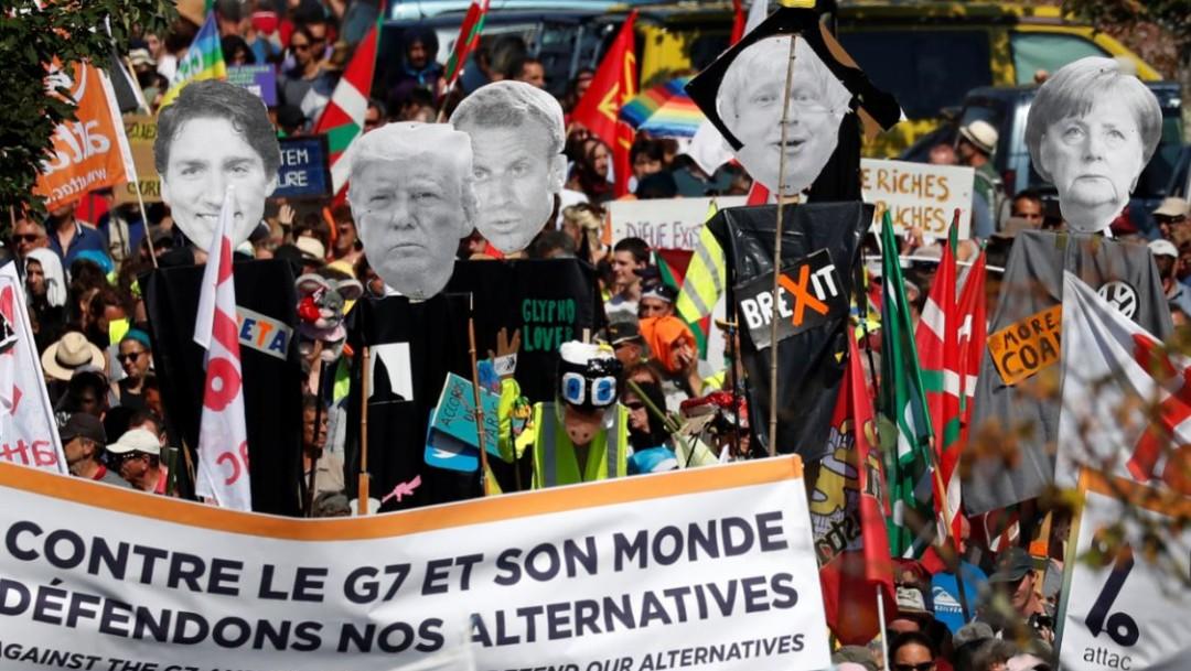 Foto: En la marcha se llevan pancartas con lemas contra la cumbre del G7, el 24 de agosto de 2019 (Reuters)