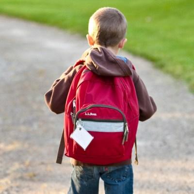 ¿Cuáles son los riesgos por cargar mochilas escolares pesadas?