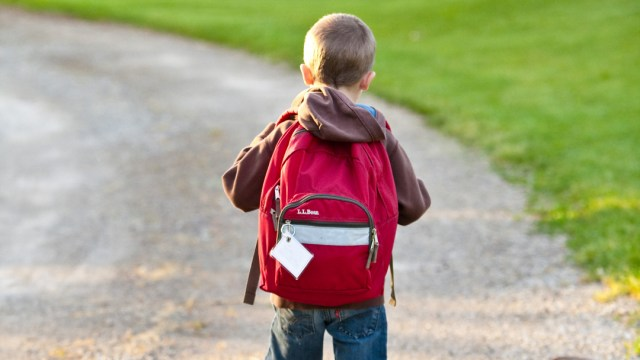 Foto:regreso a clases cargar mochila pesada. 26 agosto 2019