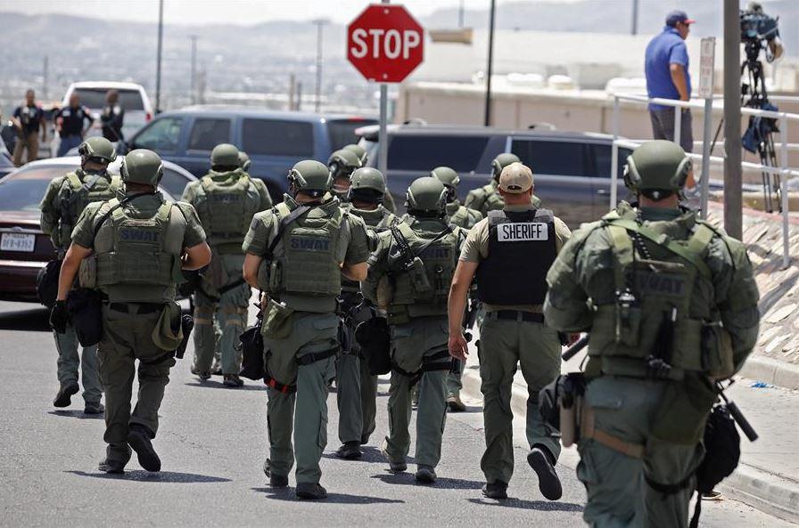 Foto: Autoridades realizan operativo por tiroteo en centro comercial de El Paso, el 3 de agosto 2019 (EFE)
