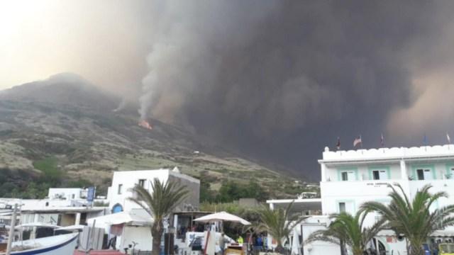 FOTO Volcán Stromboli de Italia hace nueva erupción (Vigili del Fuoco)