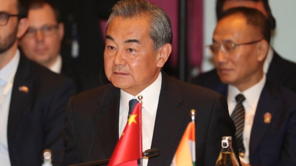 Foto: El secretario de Estado de China, Wang Yi, en la cumbre de países del Sudeste Asiático, 2 agosto 2019