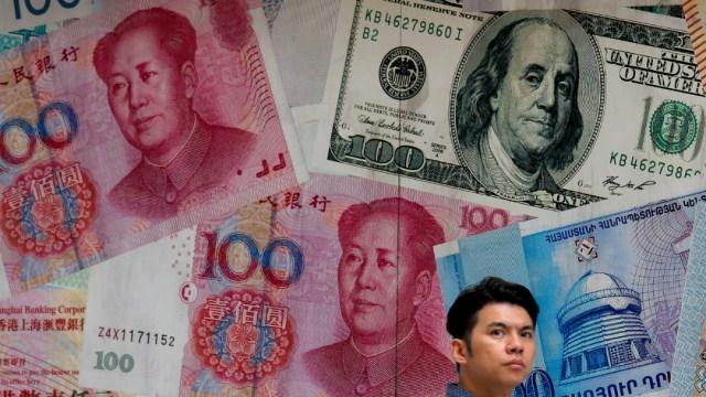 Foto: Un hombre pasa por una tienda de cambio decorada con diferentes billetes, 9 agosto 2019