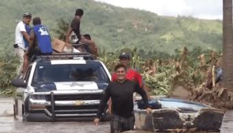 Foto: Este fin de semana el nivel del agua bajó y se puedo ingresar a pie a la comunidad, con ello la ayuda comenzó a fluir, 21 de septiembre de 2019 (Noticieros Televisa)