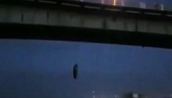 FOTO Amanece cuerpo colgado en puente de Veracruz (FOROtv)