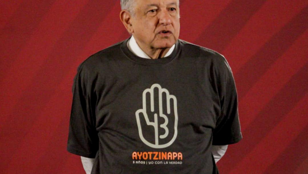 FOTO AMLO usa playera del caso Ayotzinapa, cumple promesa a padres de normalistas (Victoria Valtierra/Cuartoscuro)