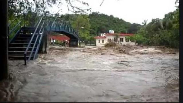 Lluvias por 'Lorena' causan desbordamiento del arroyo Santiago en Manzanillo, Colima