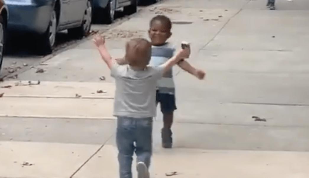 Amigos-abrazan-encuentro-calle-video-viral-ninos-felices