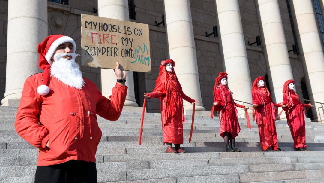 En Helsinki un hombre disfrazado de Papá Noel sostenía un cartel, 20 septiembre 2019