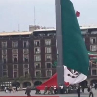 VIDEO: Viento dificulta arriar bandera en el Zócalo de la CDMX