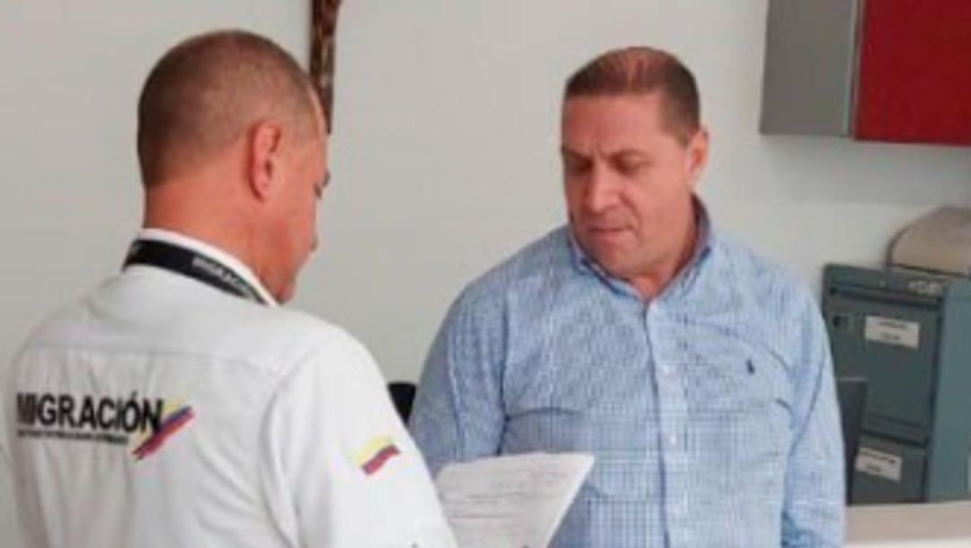 Foto: Tres días después de su ingreso a Colombia y uno desde la expedición de la circular roja en su contra, Hurtado fue detenido por los oficiales, 21 de septiembre de 2019 (Twitter @MigracionCol)
